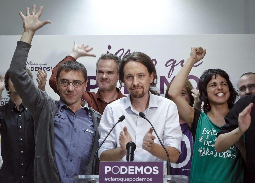 GRA595.- MADRID 25/05/2014. - Pablo Iglesias, cabeza de lista de Podemos a las Elecciones Europeas (c), saluda a sus simpatizantes tras conocer los resultados electorales. EFE/Emilio Naranjo