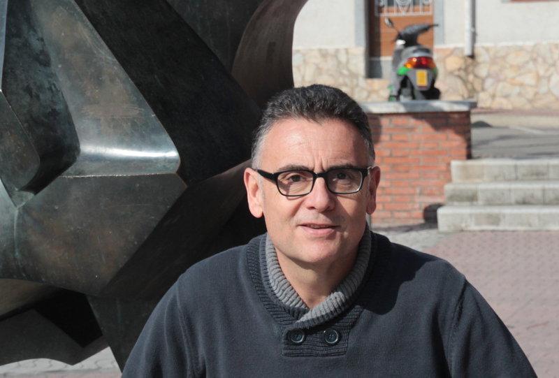 Sant Feliu de Guíxols. Josep Melcior Muñoz, cap de llista candidat a l'alcaldia, alcaldable del PSC, a la plaça Salvador Espriu